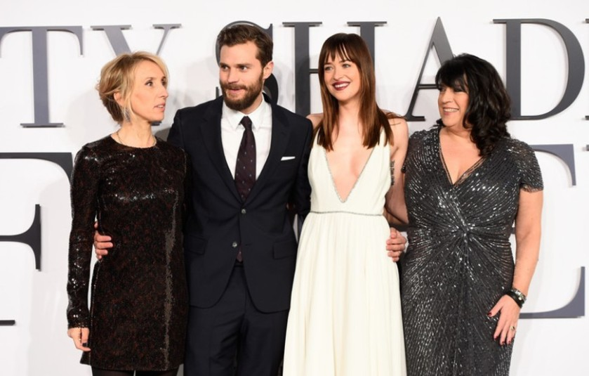 2015-02-13-5-Sam-Taylor-Johnson-Jamie-Dornan-Dakota-Johnson-e-EL-Jamesjpg