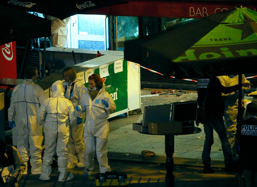 Investigators work outside a bar near the Stade de France where explosions were reported to have detonated outside the stadium during the France vs German friendly soccer match near Paris, November 13, 2015. REUTERS/Gonazlo Fuentes - RTS6W9H
