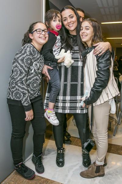 2016-03-23-6-Marta-Cruz-com-as-filhas-Yasmin-e-Kyara-e-a-irma-Mariana