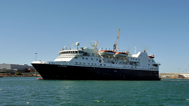 """O ferry """"Atlântida"""" parte de Viana do Castelo com destino a Lisboa, numa operação justificada com """"provas de mar"""". O Ferry estava encostado na doca dos Estaleiros Navais de Viana do Castelo (ENVC) desde maio de 2009, depois de rejeitado pelo Governo Regional dos Açores, que rescindiu o contrato com a empresa pública, o """"Atlântida"""", 27 de agosto de 2011.  ARMÉNIO BELO/LUSA"""